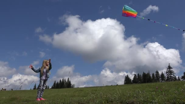 4 k dívka hraje draka v parku, dítě bavit venku v přírodě, letní pohled