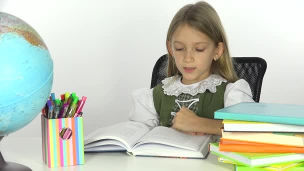 Studenti děti studují, čtení zemi světa, dívka učí zeměpis 4k
