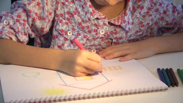 4 k podřízené výkresu dům, dívka zbarvení, děti dělat řemeslo, vzdělávání dětí