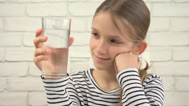 Kind trinkt Wasser in der Küche, durstiges Mädchen studiert Glas Frischwasser 4k
