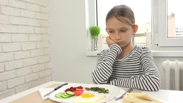 Nemocné dítě nemohl jíst snídani v kuchyni, hledá jídlo jídlo, žádná chuť k jídlu 4k