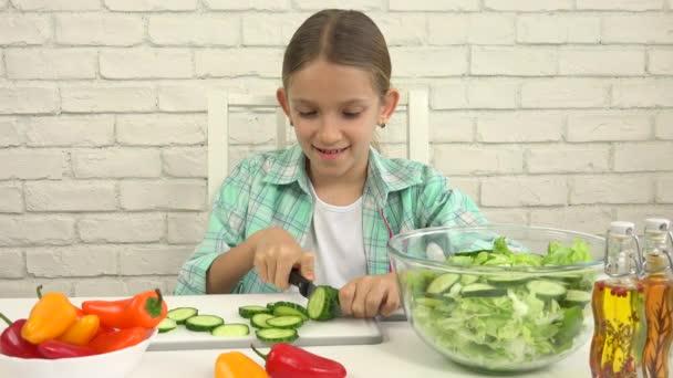 Dítě připravuje zelený salát v kuchyni, dívka řezání zeleniny zdravé jídlo 4k