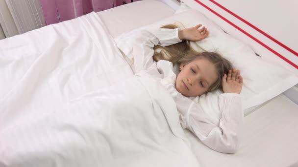Probuď se dítě portrét pádu spí v posteli, a holčička tvář, ložnice