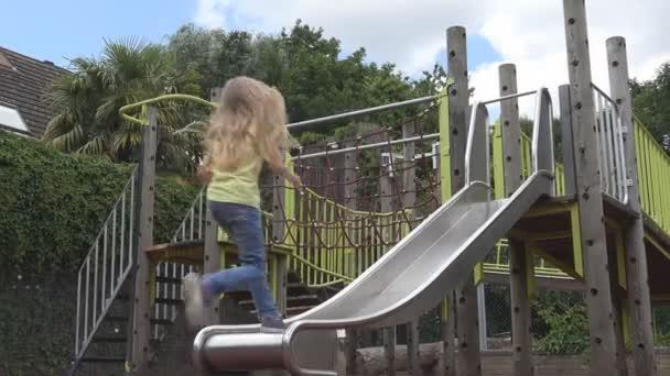 Kind spielt auf Folie auf Spielplatz, fröhliches Mädchen, entspannen, Kinder im Park