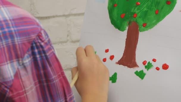 Gyermek festőállvány, festmény műhely, kézműves művészet osztály kislány iskola