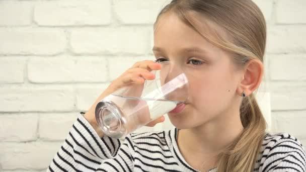 Kind trinkt Wasser in Küche, durstiges Mädchen studiert Glas Frischwasser