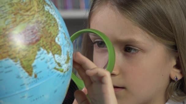 Studentka dítě studuje zemi světa ve školní třídě, holka vzdělávání v knihovně