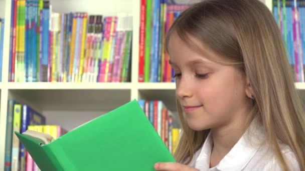 Iskola lány, tanul, tanulás, az osztály diák gyermek olvasni, gyerek, könyvtár
