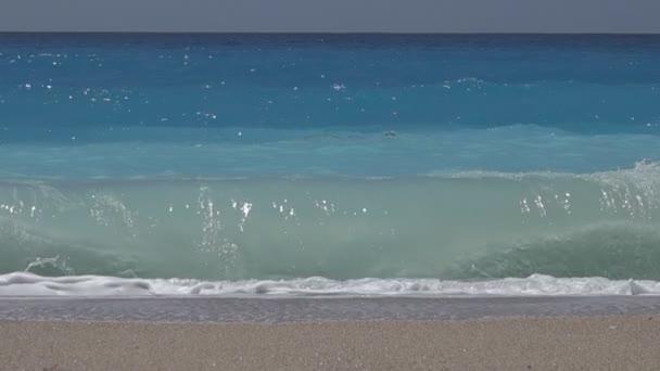 Blue Ocean vlny v pomalém pohybu, krásné vlny tříštící se o pláže, pobřeží