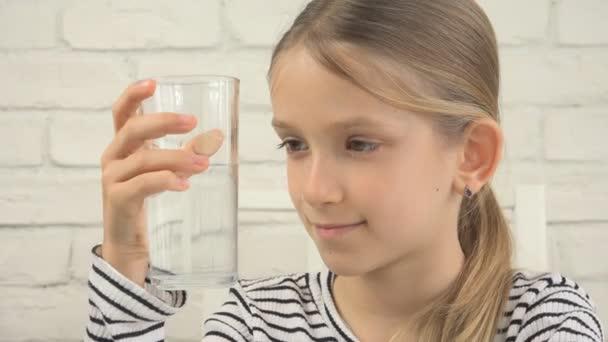 Kind trinkt Wasser, durstiges Kind studiert Glas Frischwasser, Mädchen in der Küche