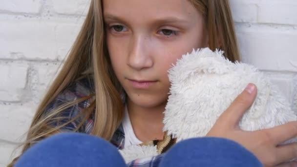 Beteg szomorú gyermek, depresszió, mentális zavar hangsúlyozta szerencsétlen gyerek, rossz lány