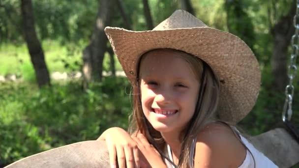 Dítě šťastné dítě houpající se hraje venku, v přírodě, usmívající se dívka portrét