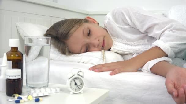 krankes Kind im Bett, krankes Kind mit Thermometer, leidendes Mädchen, Tabletten Medizin