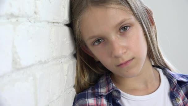 Beteg szomorú gyermek, hangsúlyozta a depresszió, szerencsétlen gyerek, rossz lány bántalmazott személy