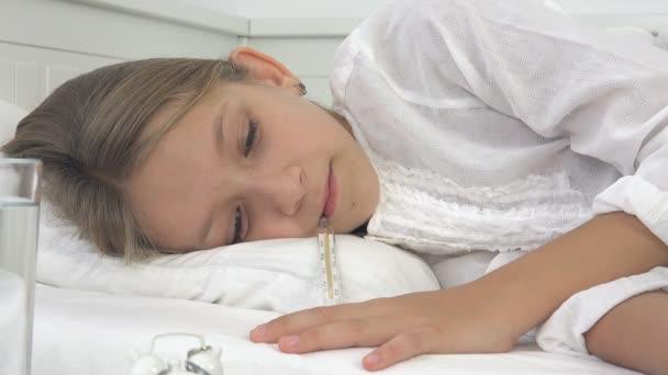Krankes Kind im Bett, Ill Kind mit Thermometer, leiden Mädchen, Pillen Medizin