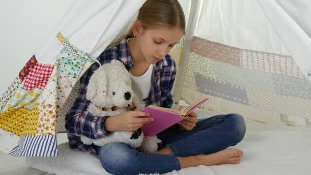 Dětské čtení, studuje v herně, kluk hraje na hřišti, učení dívka
