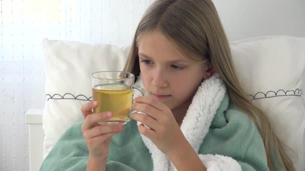 Krankes Kind trinkt Tee, krankes Kind im Bett, leidendes Mädchen, Patient im Krankenhaus