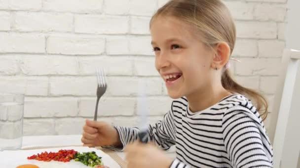 Dítě jíst snídani v kuchyni, dítě jí vejce zdravé potraviny, zeleninu holka