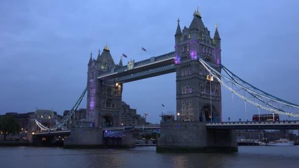London Tower Bridge v Twilight, západ slunce, lodě, čluny plavbu na řece Temži 4k