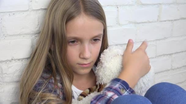 Bambino triste, infelice Kid, ha sottolineato la ragazza malata nella depressione, malati abusato persona