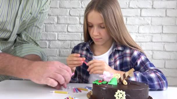 Gyermek Birthday Party fúj gyertyák, éjszaka, gyermekek évforduló megünneplése