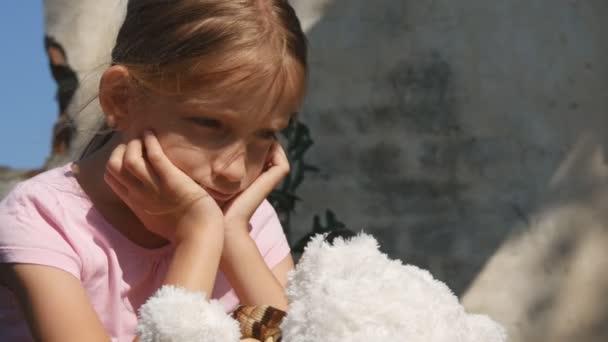 Gridare infelice bambino con tristi ricordi, ragazzino senzatetto randagio, abbandonato, miserabile