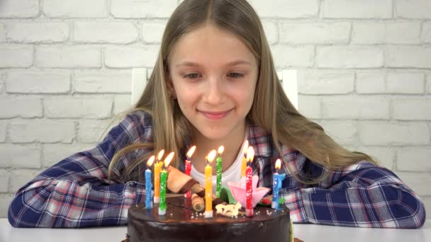 Festa di compleanno del bambino saltando le candele, bambini anniversario, festa per bambini