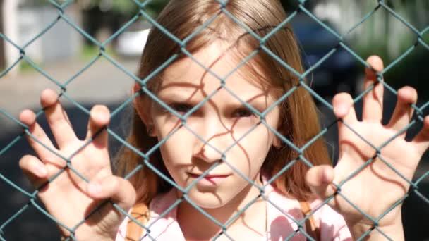 Bambino triste depresso in ragazza randagio abbandonato, infelice bambino orfano che esamina macchina fotografica