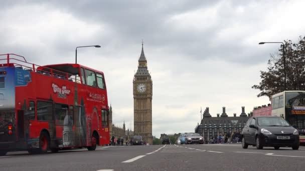 Londýn Westminsterský palác, Big Ben pohled, těžký provoz Street s červeným autobusy