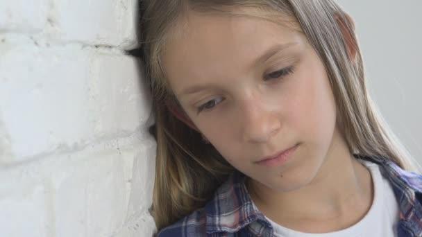 Bambino triste, infelice Kid, ragazza malata malata in depressione, ha sottolineato persona premurosa
