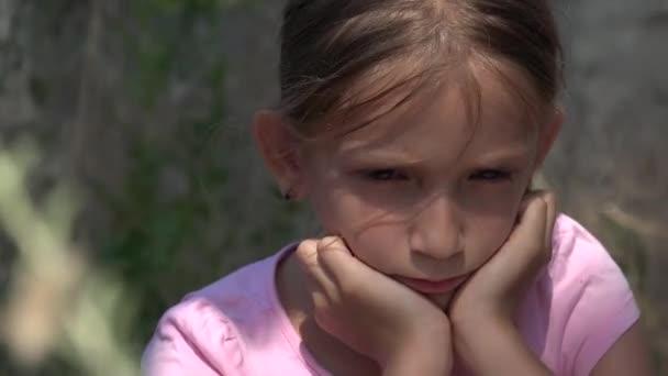 Bambino triste abbandonato in rovina, ragazza smarrita infelice, povero ragazzo depresso, senzatetto