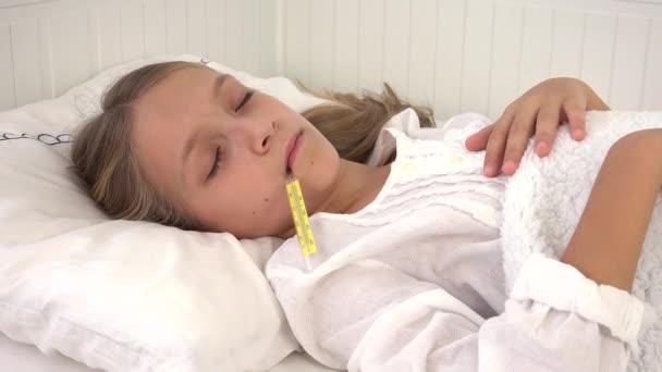krankes Kind im Bett, krankes Kind mit Thermometer, Mädchen im Krankenhaus, Tabletten Medizin