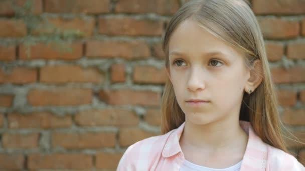 Triste bambino espressione, Ritratto ragazza infelice, depresso viso bambino annoiato