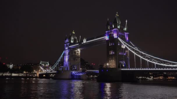 Londýnská věž Bridge, soumrak, západ slunce, lodě, lodě na řece Temži 4 k