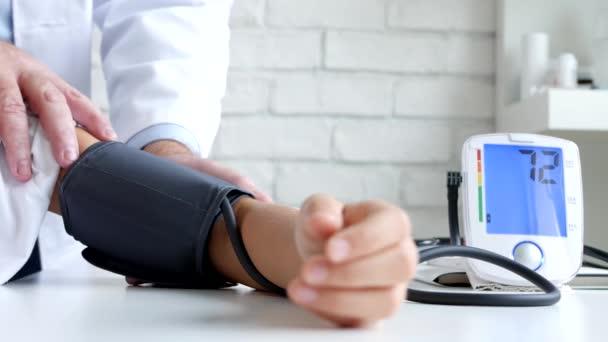 Tonometer zur Messung des Blutdrucks, krankes Kind, Kinderarzt