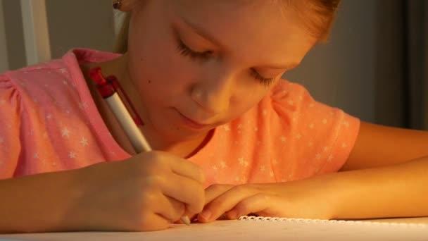 Dětské psaní, Dětské studium v noci, Dívka Portrét učení doma pro školní úkoly, Dětské vzdělávání, Vzdělávací pohled