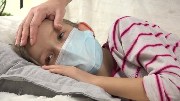 Krankes Kind, stillende Mutter, Streicheleinheiten für kranke kleine Mädchen, leidende Kinder, medizinische Betreuung für Kinder