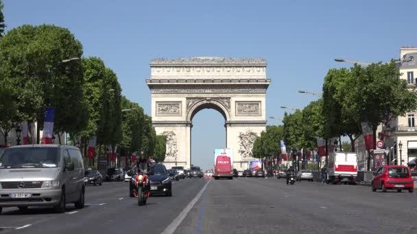 Paris Car Traffic on Champs Elysees by Triumph Arch, Lidé Cestující turisté ve Francii, přeplněné ulice v Evropě