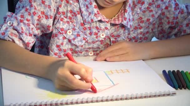 Dívka kreslení domu, Dítě omalovánky Studium umění, Školní Kid učení řemeslo, Dětské vzdělávání, Zpět do školy, Vzdělávací