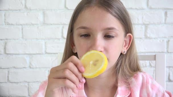 Gyermek Eating Lemon, Gyermek Eats Fruits, Fiatal Lány Reggeli Konyhában, Gyerekek Egészségügy