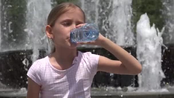 Kind trinkt Wasser im Park, durstiges Mädchen porträtiert Blick auf Brunnen im Freien an einem heißen Sommertag, Kindergesundheit