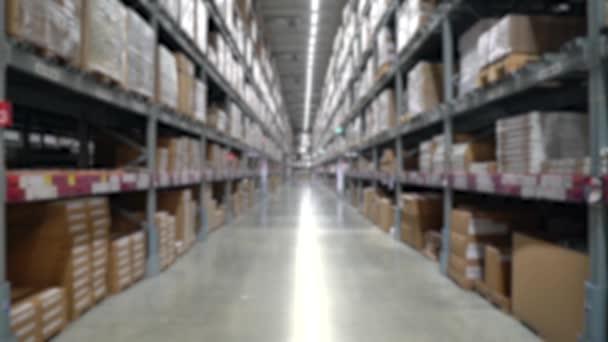 Raktár vagy raktár ipari és logisztikai vállalat homályos háttere.Raktározás a padlón, és felhívta a magas polcok