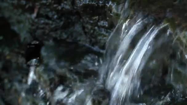 vodopád je vytvořen v roztrhaných
