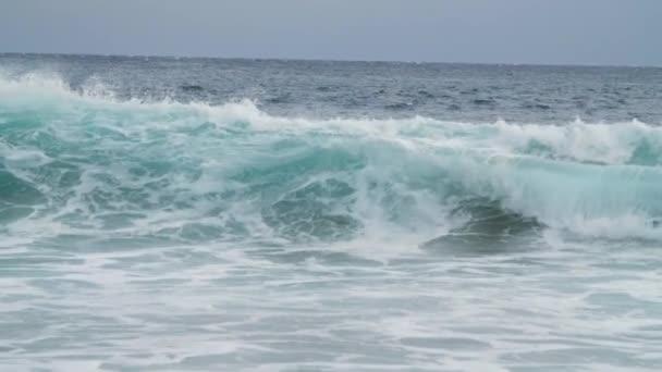 velké vlny v drsné rozbouřený oceán
