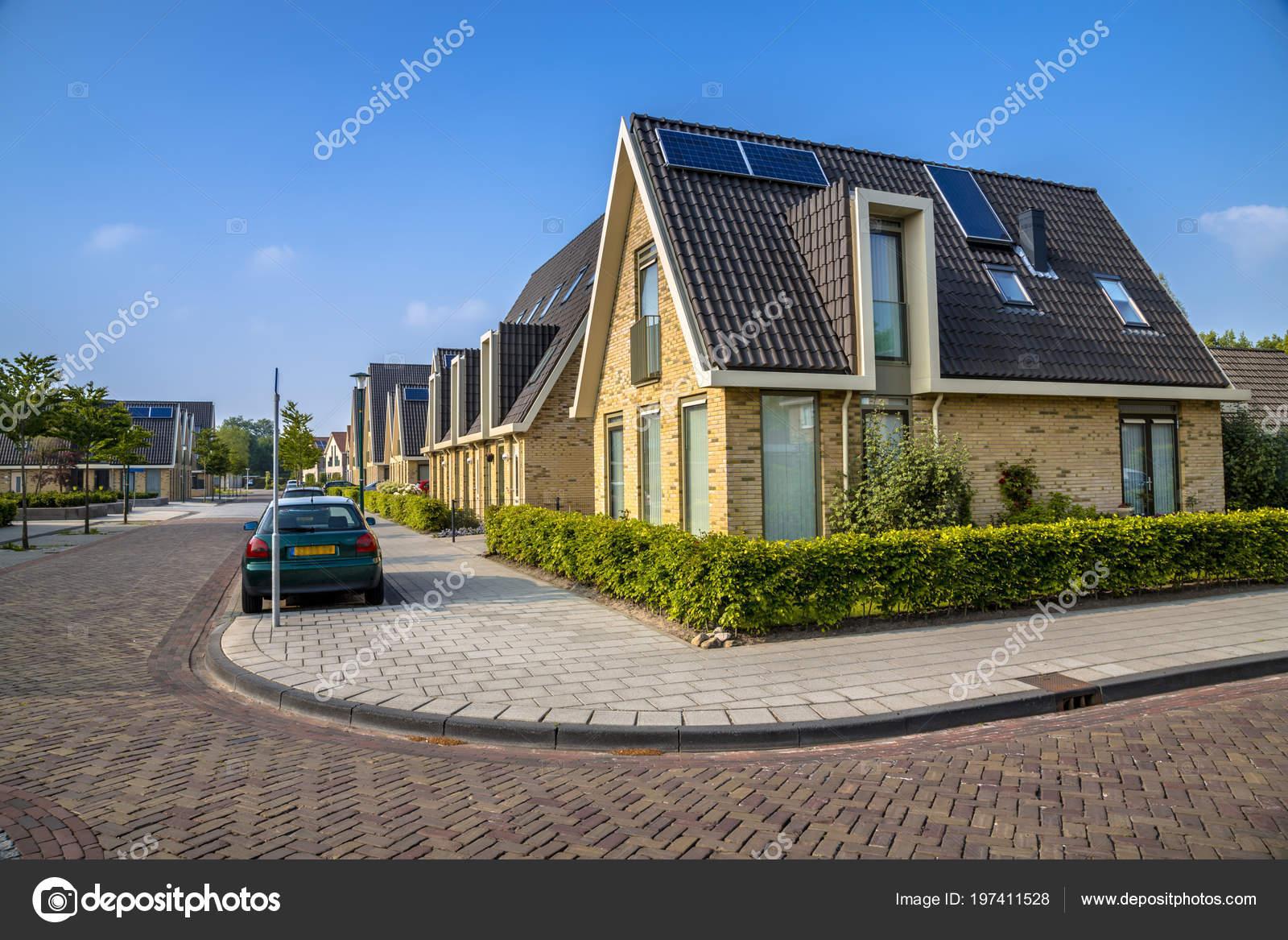 Bezaubernd Moderne Einfamilienhäuser Galerie Von Einfamilienhäuser Residentieal Straße Der Stadt Mittlerer Größe