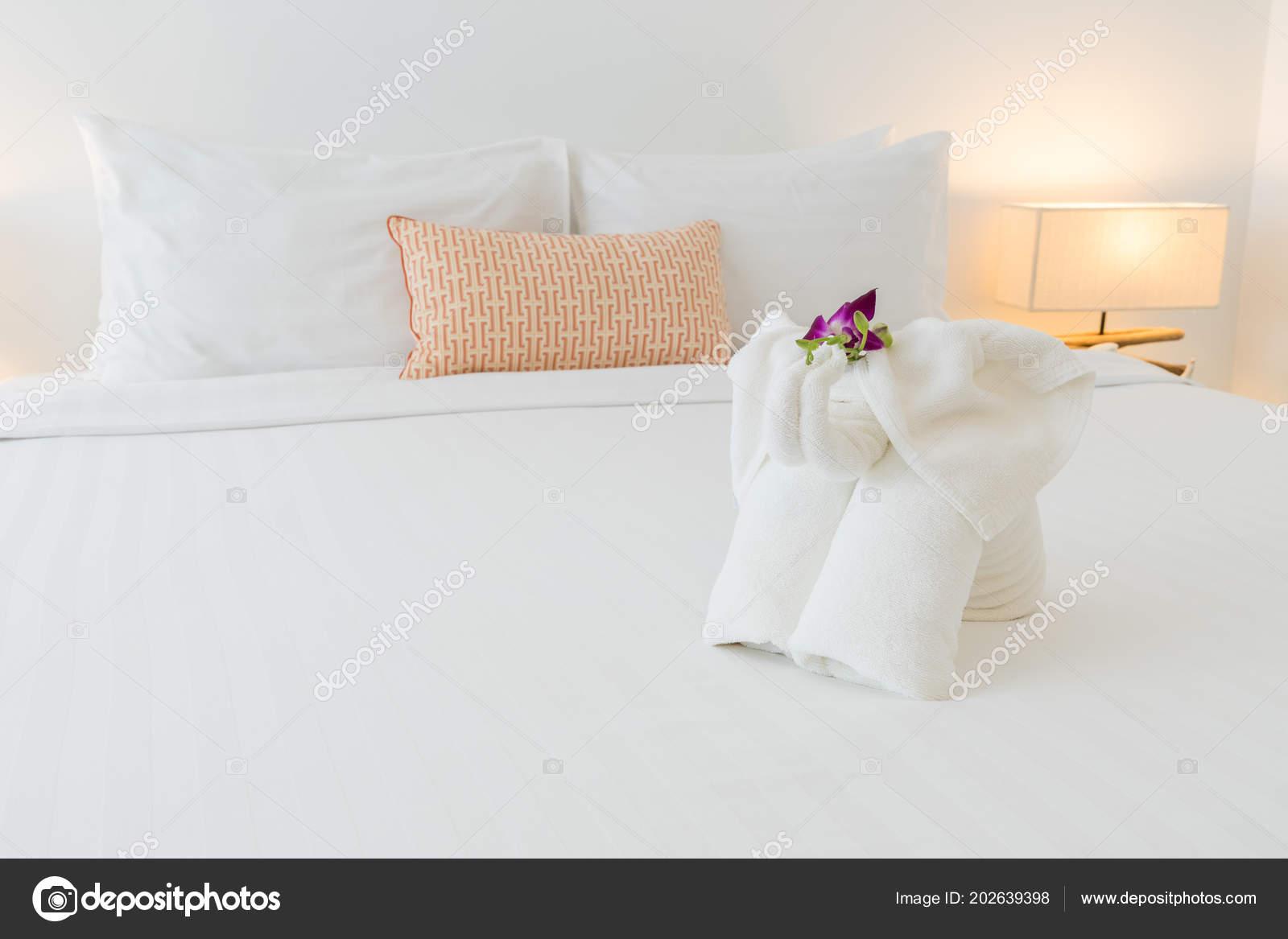 Закрыть Вверх Белое Постельное Белье Полотенца Подушки Номере Отеля ... 9d8bccb9e72e1