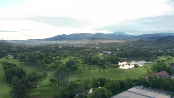Letecké drone záběry pohled uvedení zelené a krásné trávníku golfové hřiště v Kota Kinabalu, Sabah, Malajsie v rozlišení 4k
