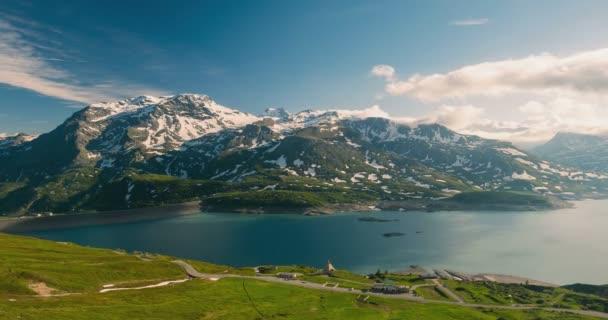 Časová prodleva: silnici podél jezera v alpské krajině, slunce světlo zasněžené horské vrcholy pohybující se mraky, hranice Francie Itálie Alpy Montcenis