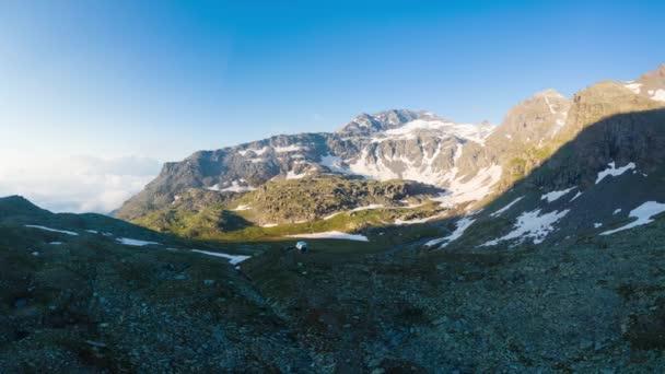 Vysoké nadmořské výšce alpská krajina s majestátní skalnaté horské vrcholy. Letecké panorama při západu slunce. Alpy, Andách, Himálaj koncepce