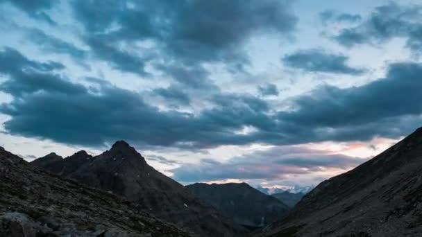 Čas zanikla slunce soumrak na Alpy. Ledovců a horských vrcholů Massif des Ecrins, přes 4000 m, Francie
